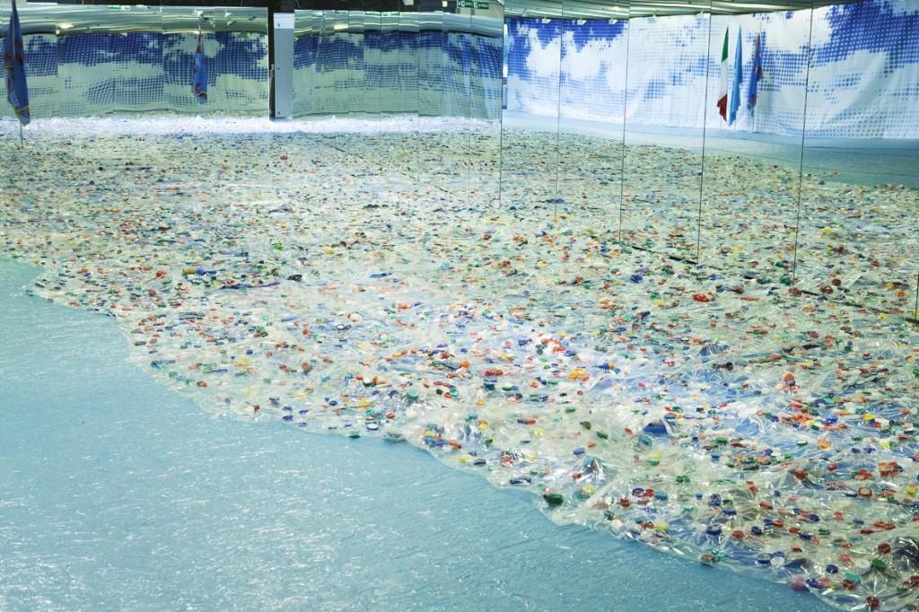 L'installazione dell'artista italiana Maria Cristina Finucci, esposta alla sede UNESCO di Parigi nel 2013. In quella occasione l'agenzia delle Nazioni Unite ha dichiarato simbolicamente il riconoscimento del Garbage Patch State